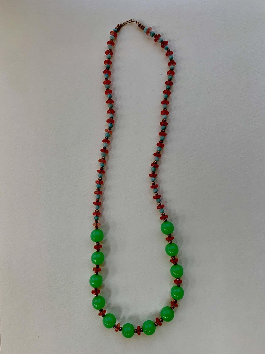 Vintage beaded necklace: glass beads with gold clasp