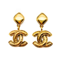 Load image into Gallery viewer, Vintage Chanel double CC logo matelasse quilted gold plated 1980 clip on earrings