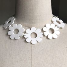"Load image into Gallery viewer, ""DAISY SPRING"" CHOKER"
