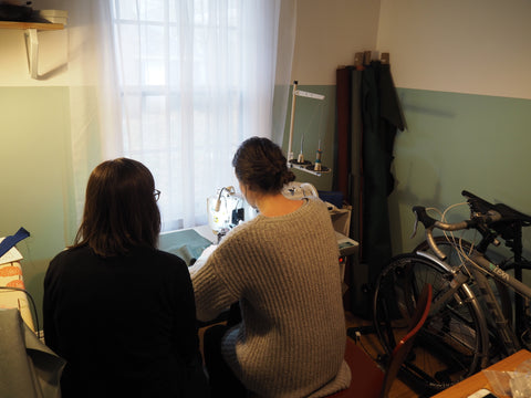 DeAnn, äventyr Owner, working with Kathryn, Owner of Winsome Goods, in the äventyr design studio