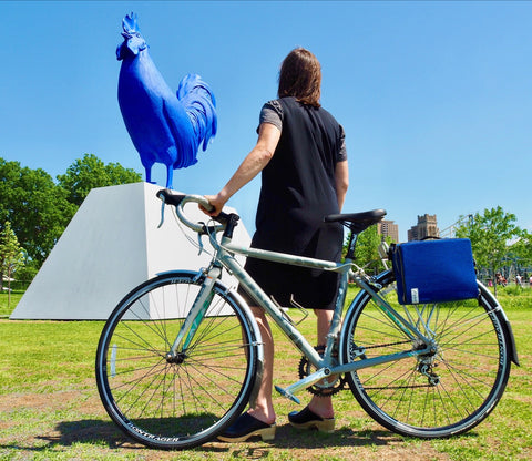 DeAnn, äventyr owner, with her Trek city bike and The Social in Cobalt at the Minneapolis Sculpture Garden