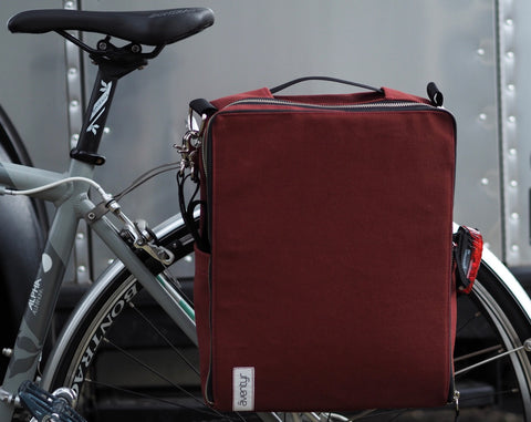 äventyr The Side Hustle Deep Auburn:  Side Pockets for storing shoulder strap and attaching rear light