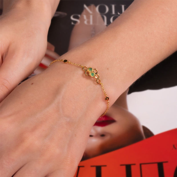 Honeycomb Smaragd Armband in 9ct Gelb Gold on model