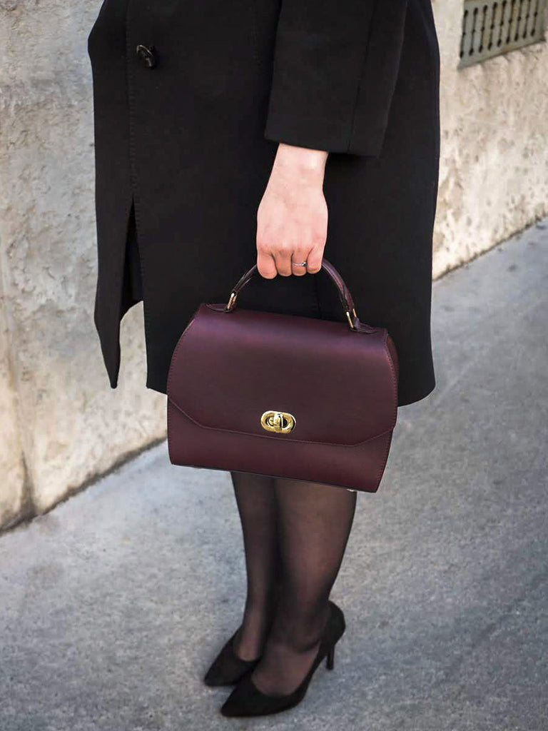 sac a main en cuir bordeaux fermoir dore