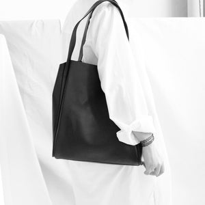 TAT_tote_191003_black-on model on shoulder