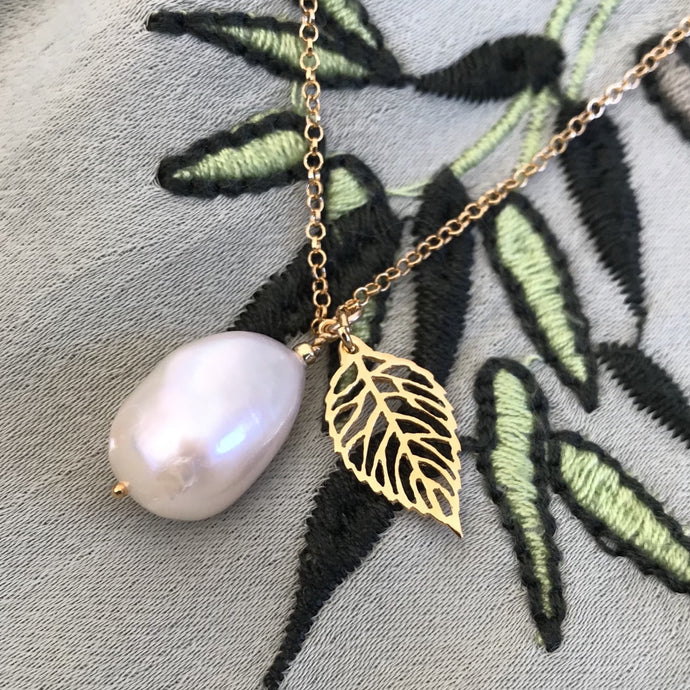 Small Baroque freshwater pearl Necklace with leaf