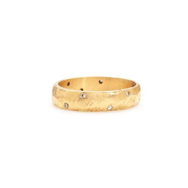Handmade wedding band in 18kt gold with diamonds.