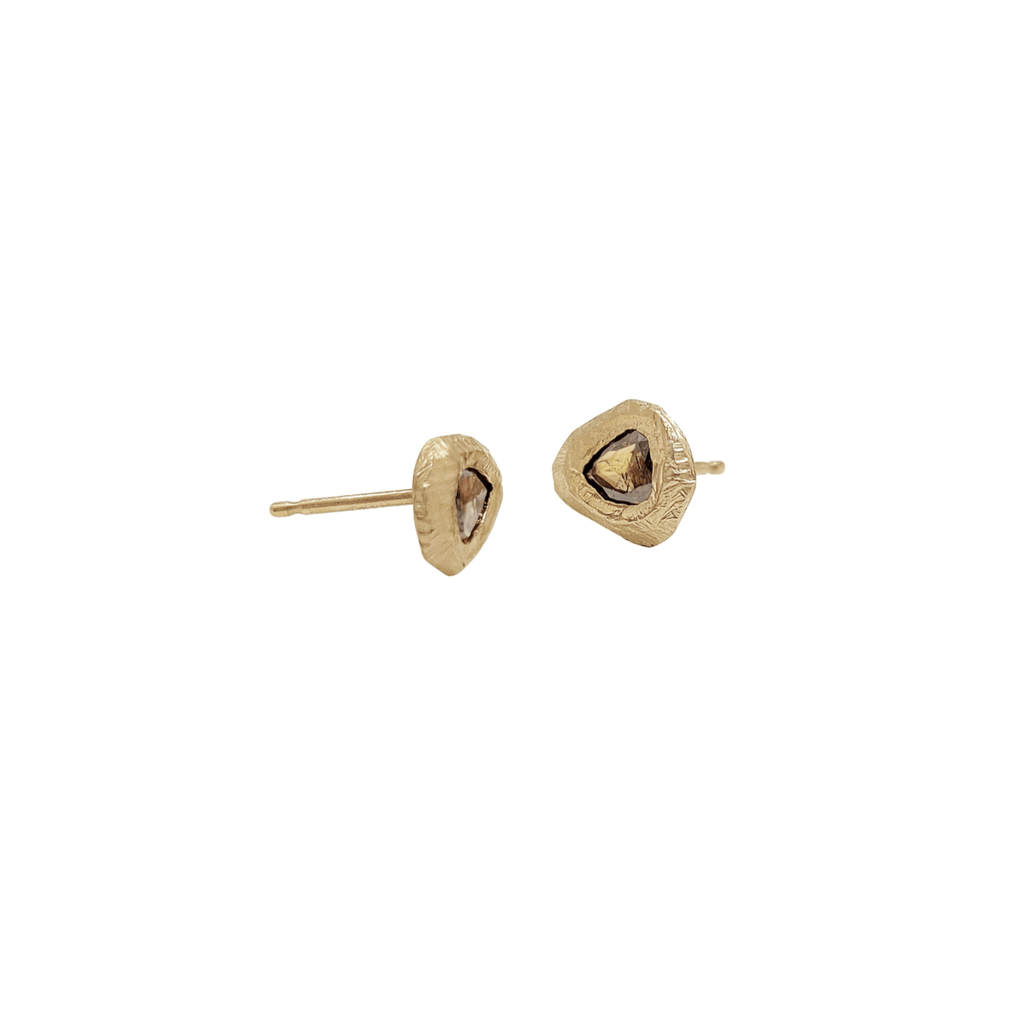 Handmade stud earrings in 18kt gold with pear shaped cognac diamonds.