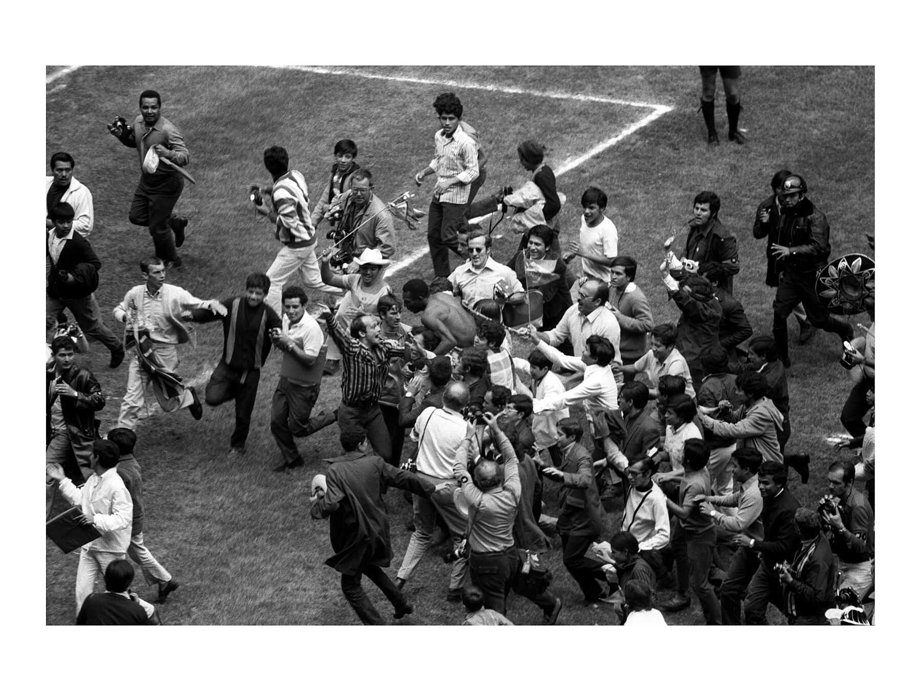 Pele gets mobbed