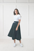 Load image into Gallery viewer, Black Pleated Skirt