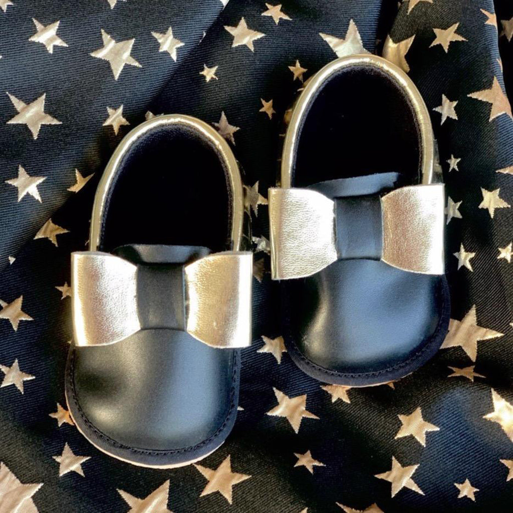 SPOTLIGHT TOOTSIES - KazarMax Anti-Skid Breathable Soft Comfortable Black Gold Bow Applique New Born Baby Girl Shoes/Booties