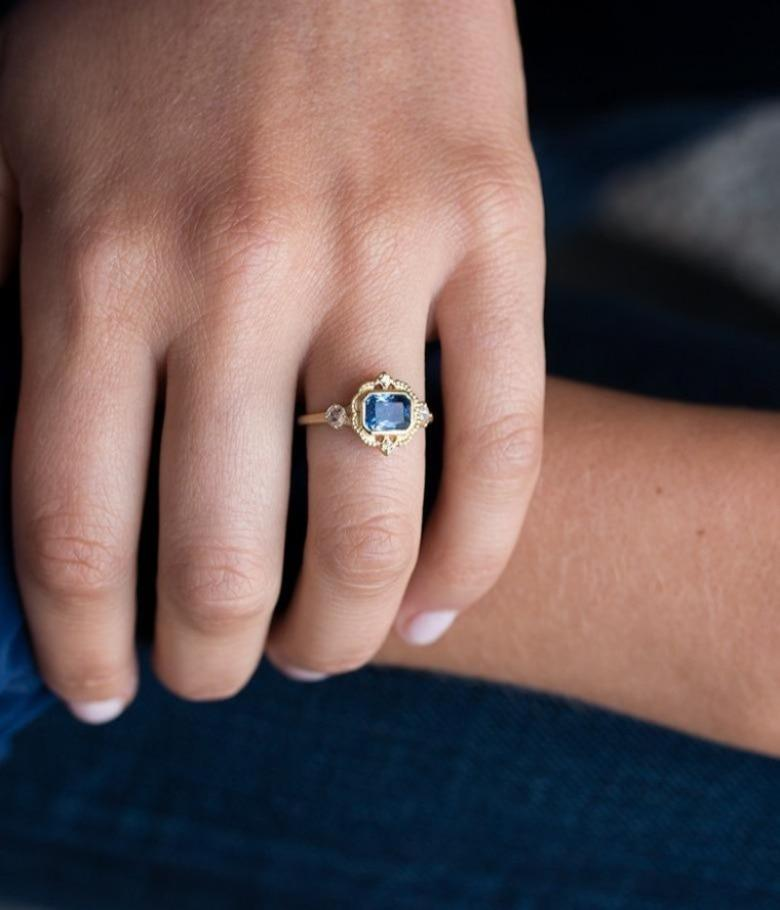 18k Gold Blue Sapphire Picture Frame Ring
