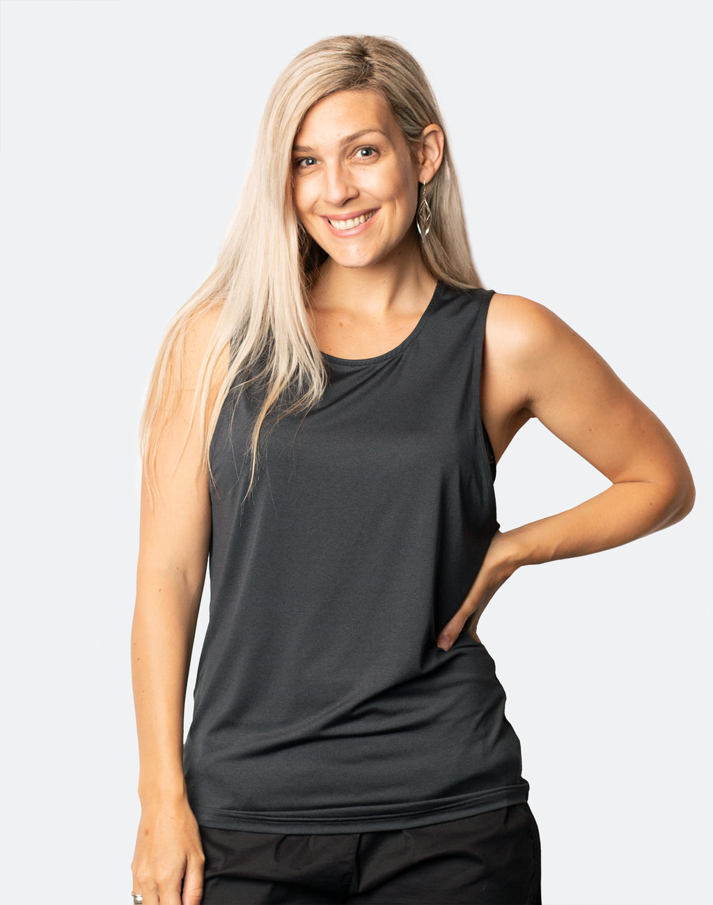 active mum wearing a raven breastfeeding top free n active tank