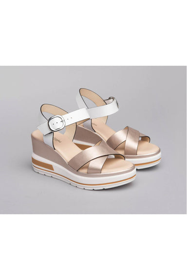 Leather sandals with criss-crossed straps