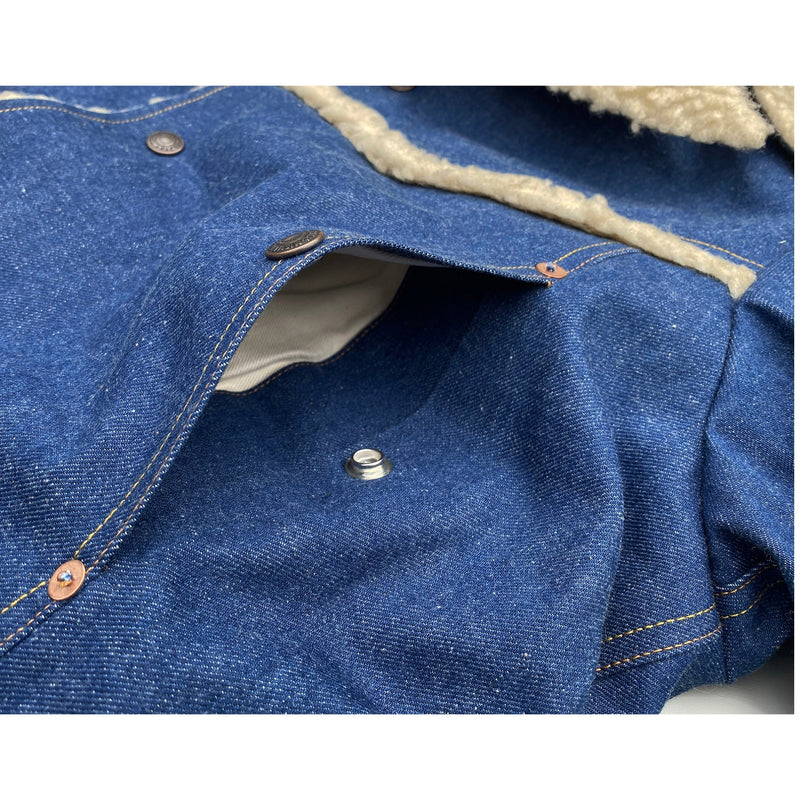 Hand warming slash pockets incorporated in vertical panel seam.