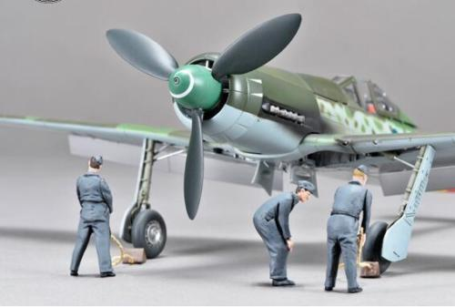 ZOUKEI-MURA SWS4802-F06 Ta-152 H-1 Ground Crew Set - 3 Resin Figures 1:48 Scale