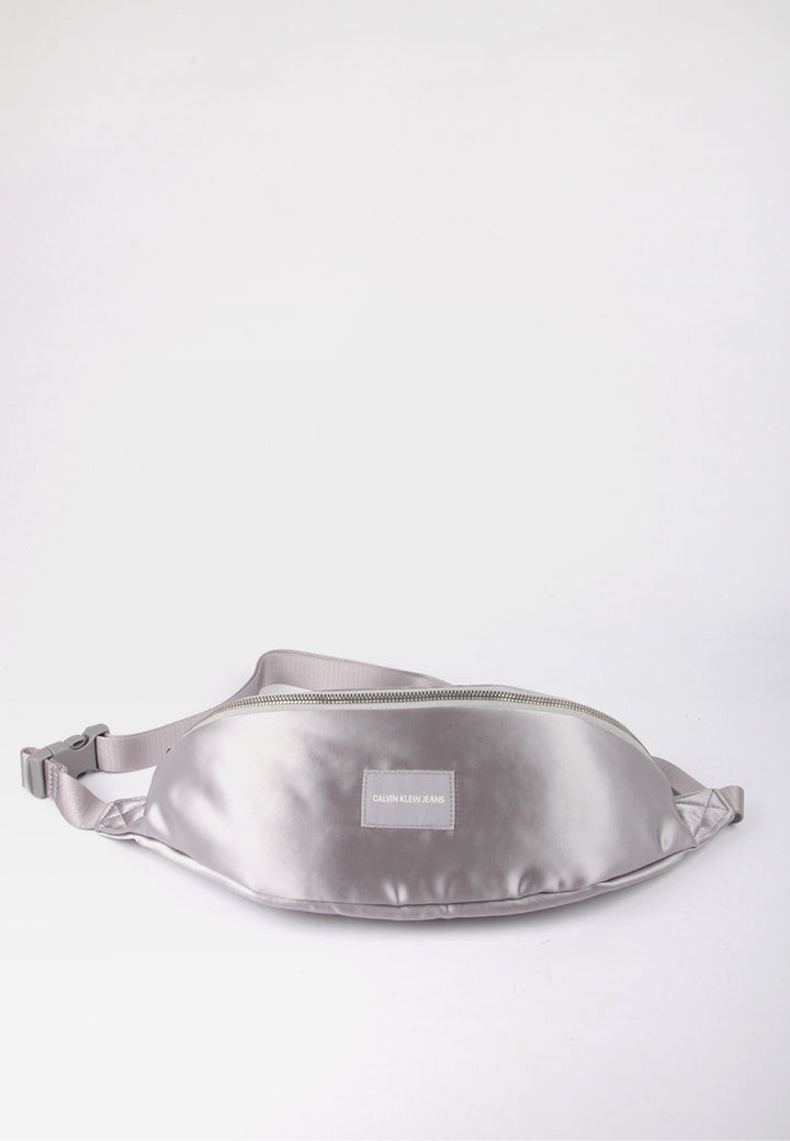 Calvin Klein Satin Streetpack - silver - Good As Gold