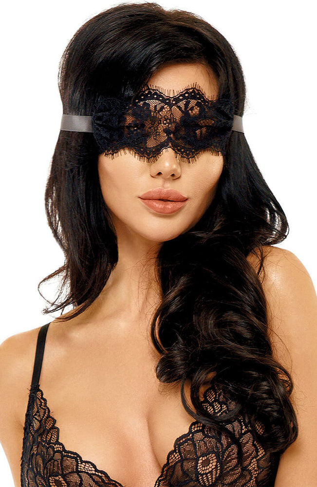 Sort blonde blindfold