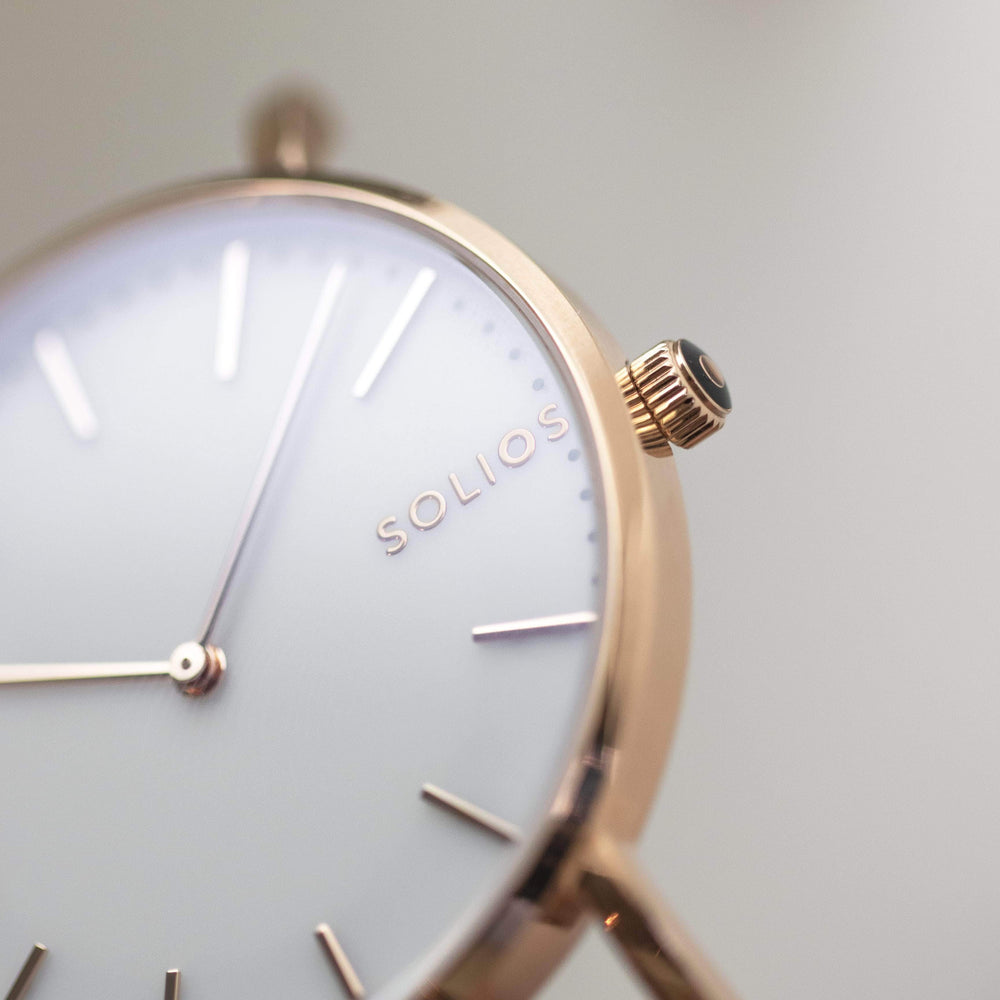 Elegant Solios logo on a minimal white dial and rose gold slim case.