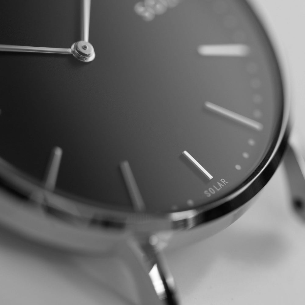 A minimal way of exposing the solar feature of the Solios watch, with the solar cells being impossible to see.