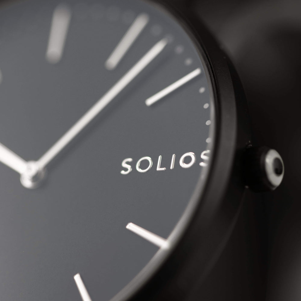 Elegant Solios logo on a minimal black dial and black slim case.