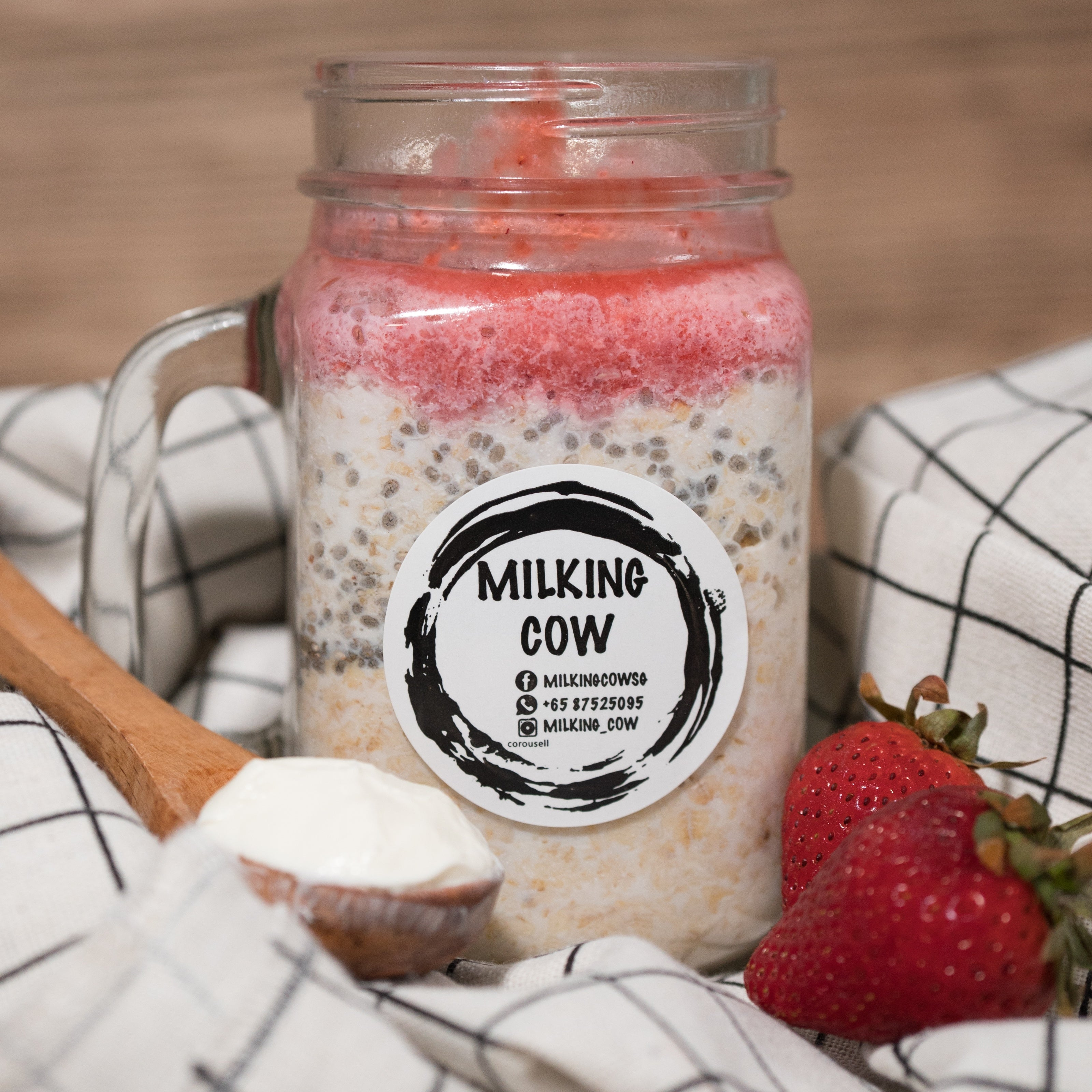 Strawberry Cheesecake Overnight Oats - milkingcowsg