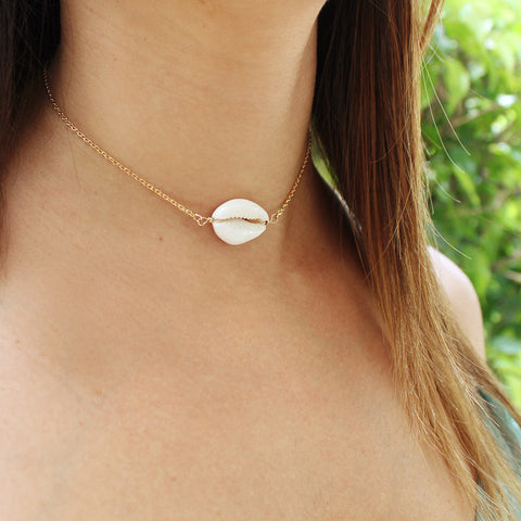 taudrey shell traveled thin gold choker shell detail