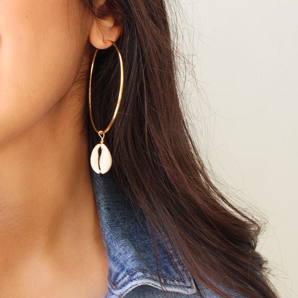 taudrey shelly hoop earrings dainty gold earrings hanging shell detail