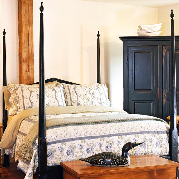 Pencil post bed in coal black.