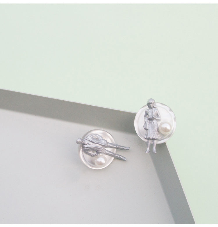 Couple In Grey Figurine Disc Stud Earrings