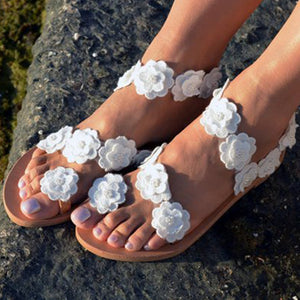 Large size hollowed flower decorating casual sandals