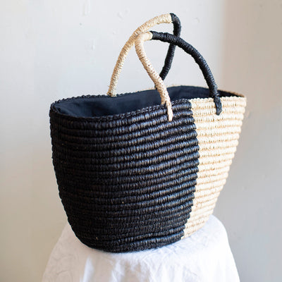 Handcrocheted tote bag made with raffia fibers and hand dyed