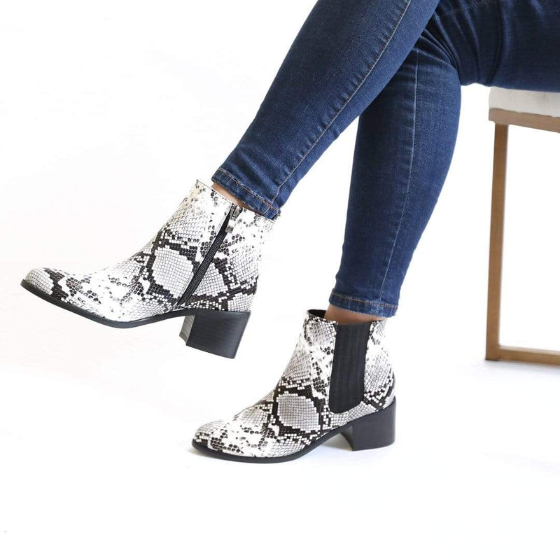 BOTINES Snake Flat Booties STYLETTO
