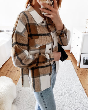 Load image into Gallery viewer, Fluffy shirt jacket with a check pattern in beige/brown