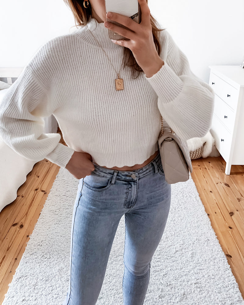 Fine knit sweater with wave hem in white