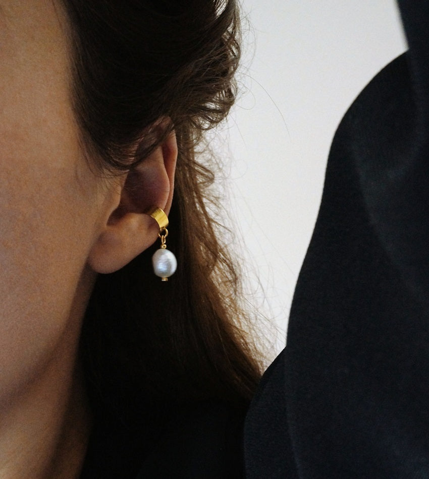 Ear cuff with a freshwater pearl