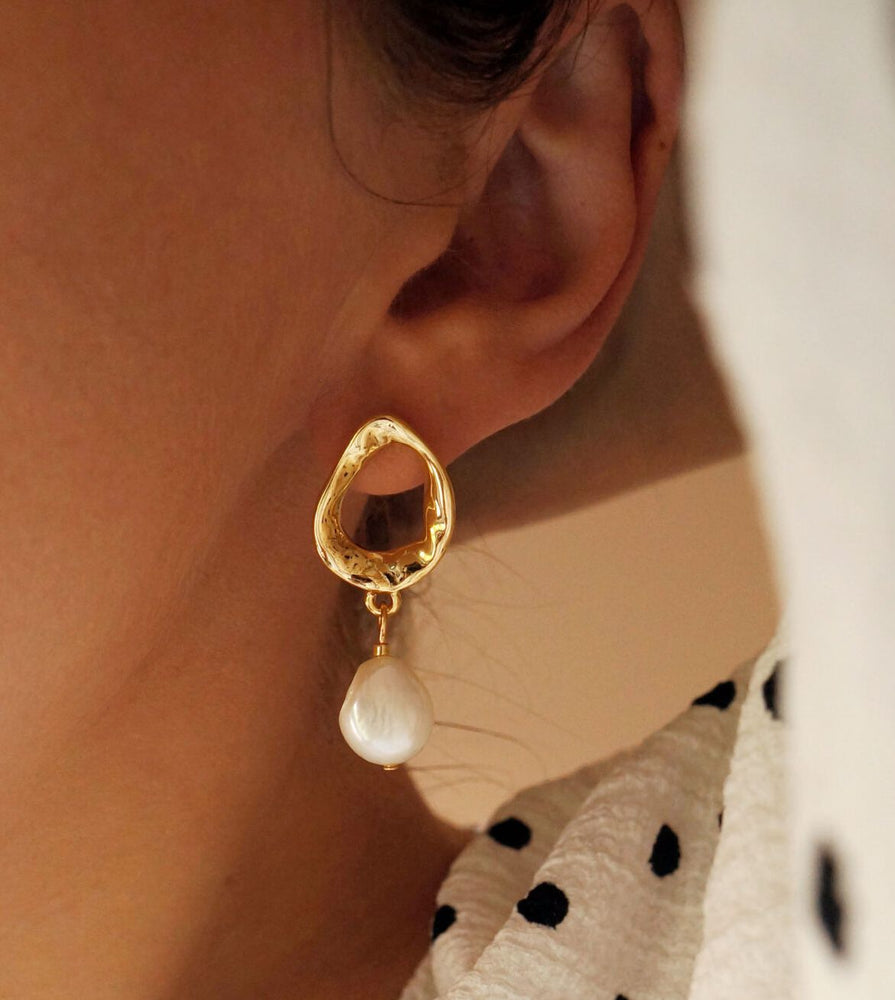 Massive trendy freshwater pearl earrings in gold