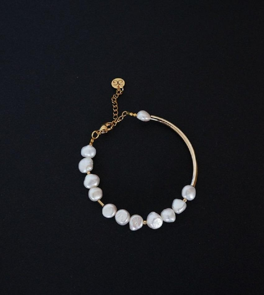 Freshwater pearls and gold plated stainless steel bracelet