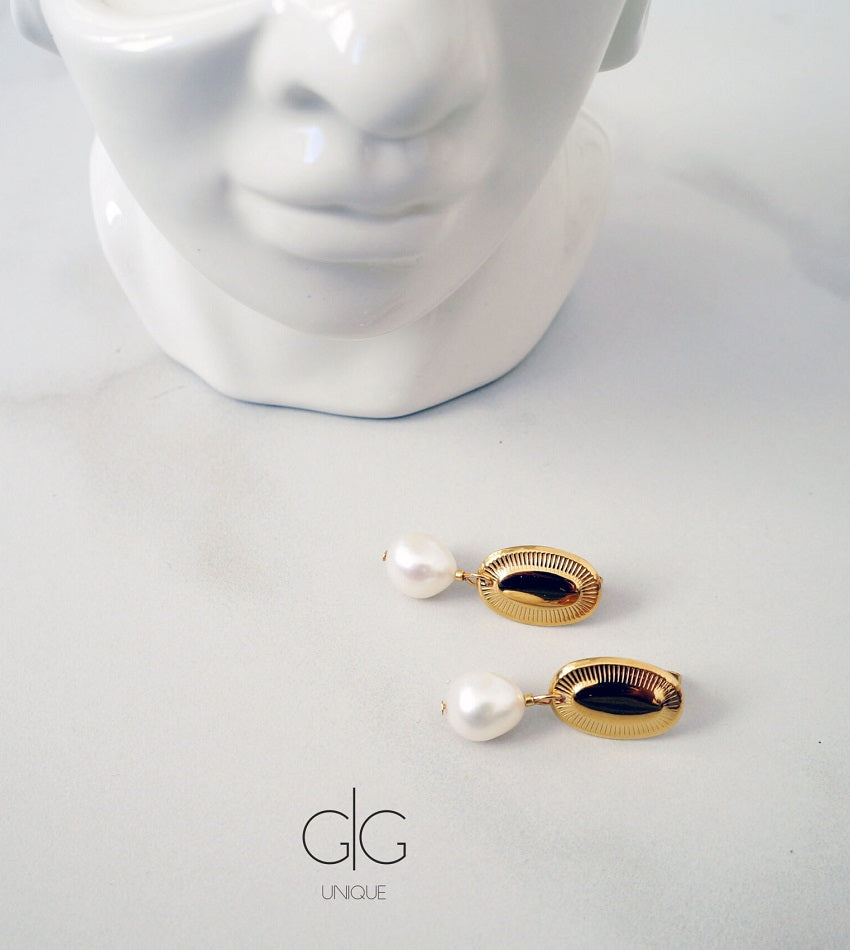 Vintage freswater pearl earrings in gold