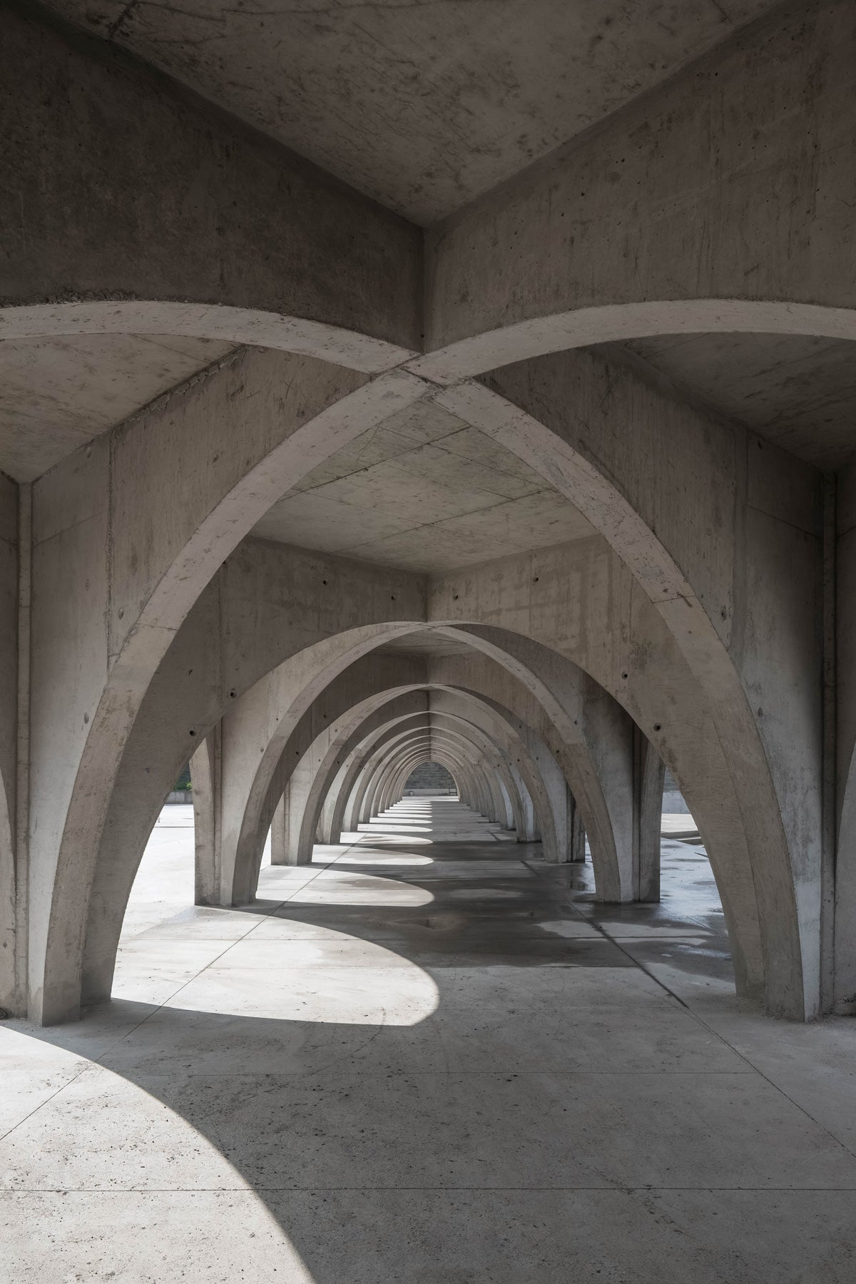 The three buildings are connected by a roofed corridor that works as the guiding axis and element of spatial organization: the backbone, formed by 24 vertebrae in the shape of arches. Photo: Onnis Luque