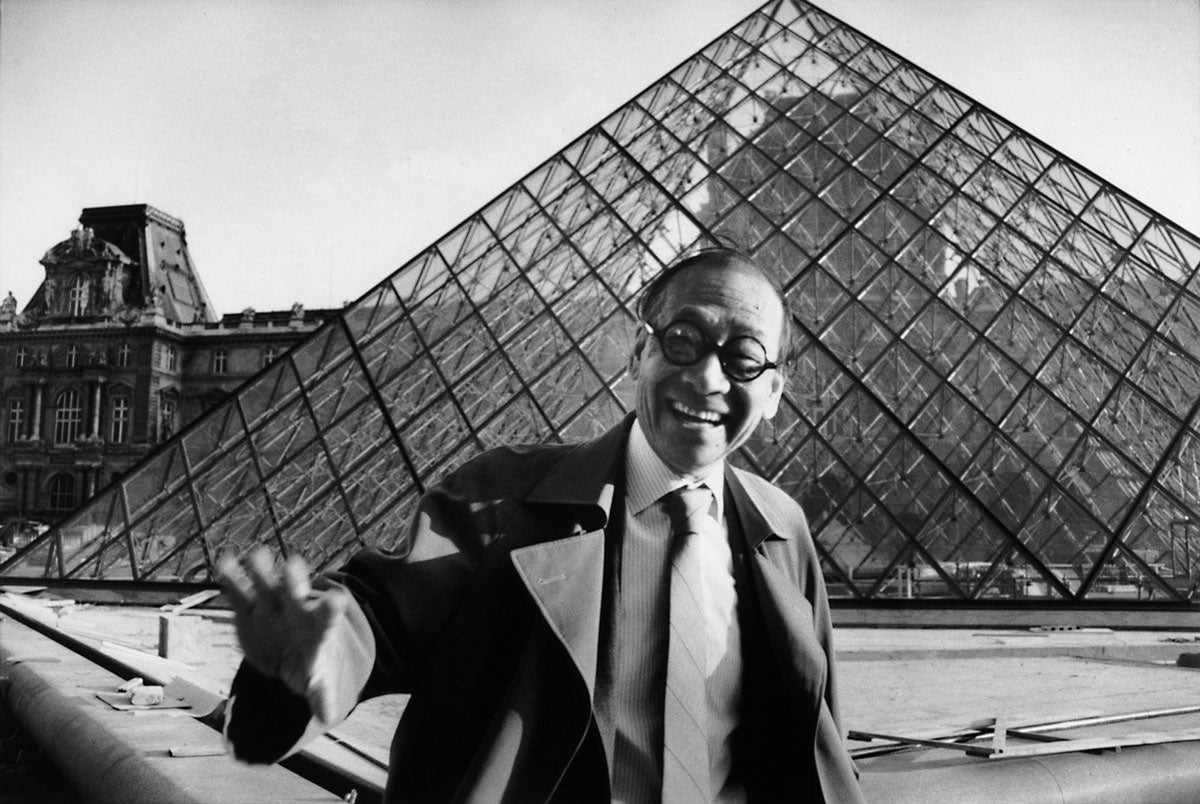 Ieoh Ming Pei in front of the Louvre pyramid, Paris, 1989 (Photo: Marc Riboud)