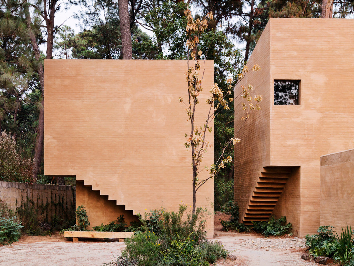 Among pine trees in Valle de Bravo, Mexico, it emerges from the ground, taking it as the main material used for cladding the walls. Photo: Rory Gardiner