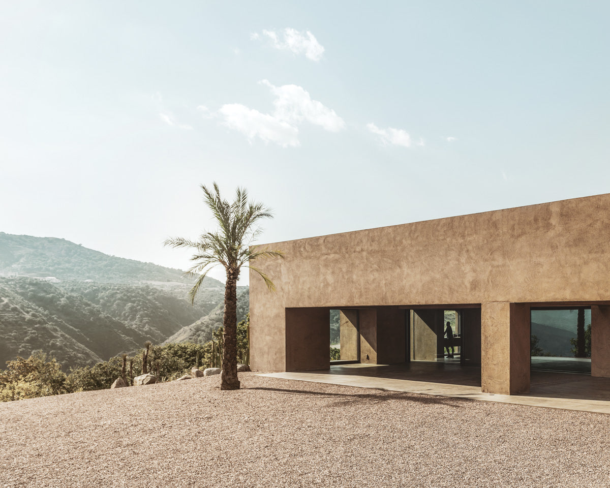 The color palette of the villa features the simple geometry that defines the construction, changing the nuances throughout the day and revealing its movement through its shadows.