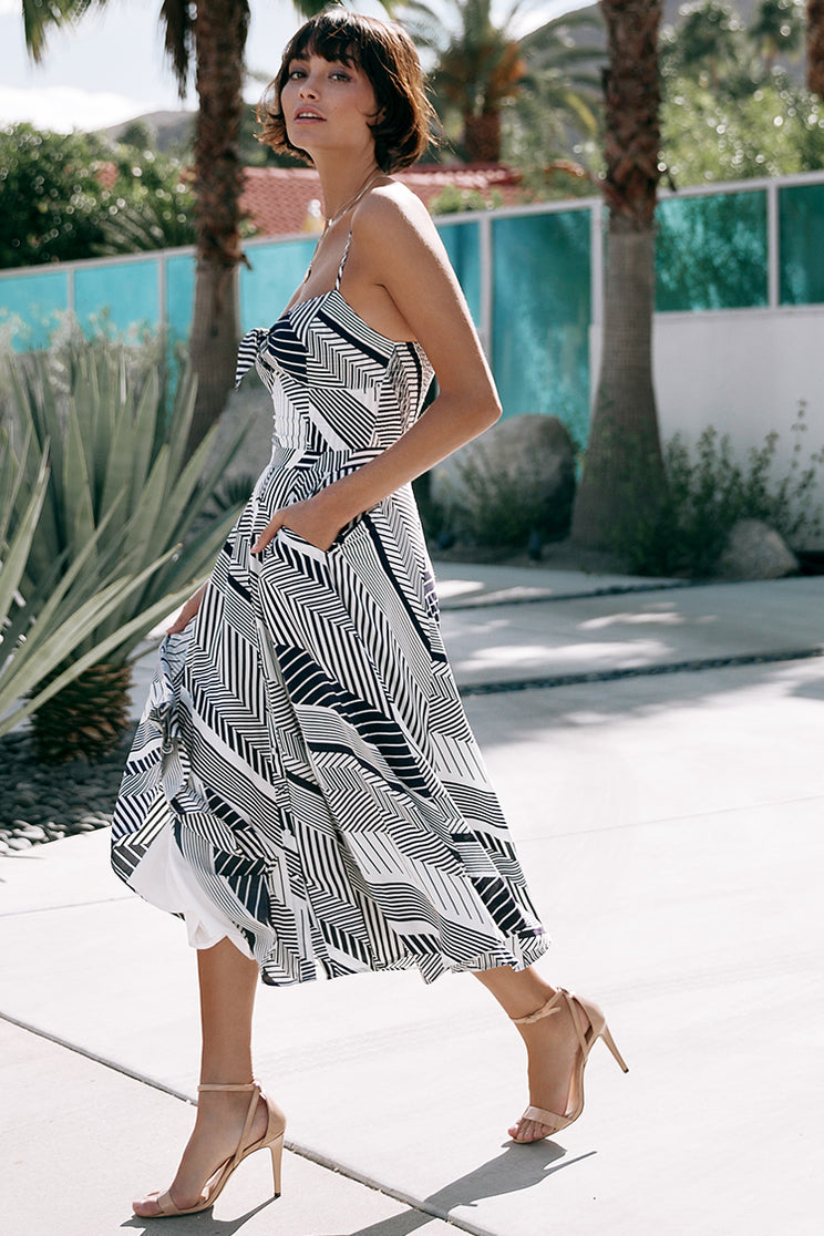 A flirty fit-and-flare silhouette makes Yumi Kim's Pretty Woman Midi Dress with Pocket the perfect go-to daytime look.