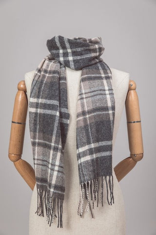 Elegant, grey checkered, lambswool scarf.