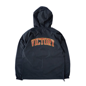 VIC Club Champion® packable anorak in black. Regular fit. Water and wind-resistant. American classic vintage sportswear style. Varsity logo design.