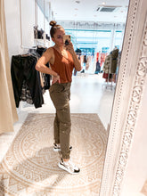 Laden Sie das Bild in den Galerie-Viewer, Palm of Paradise - Cargo Pants Olive