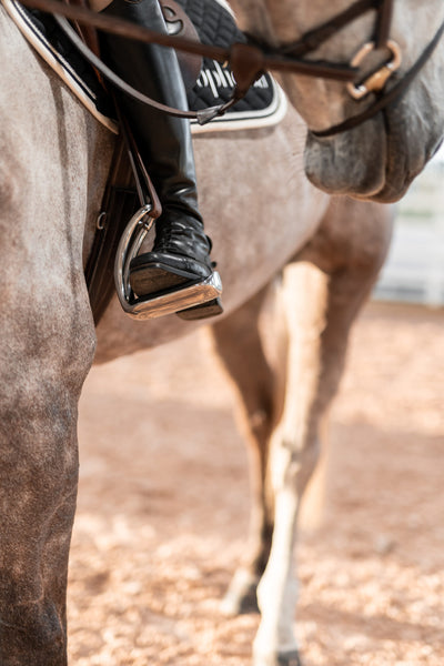 What kind of safety stirrups are recommended at showjumping shows?