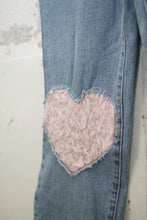 Laden Sie das Bild in den Galerie-Viewer, Mom-Jeans mit Herz-Patches