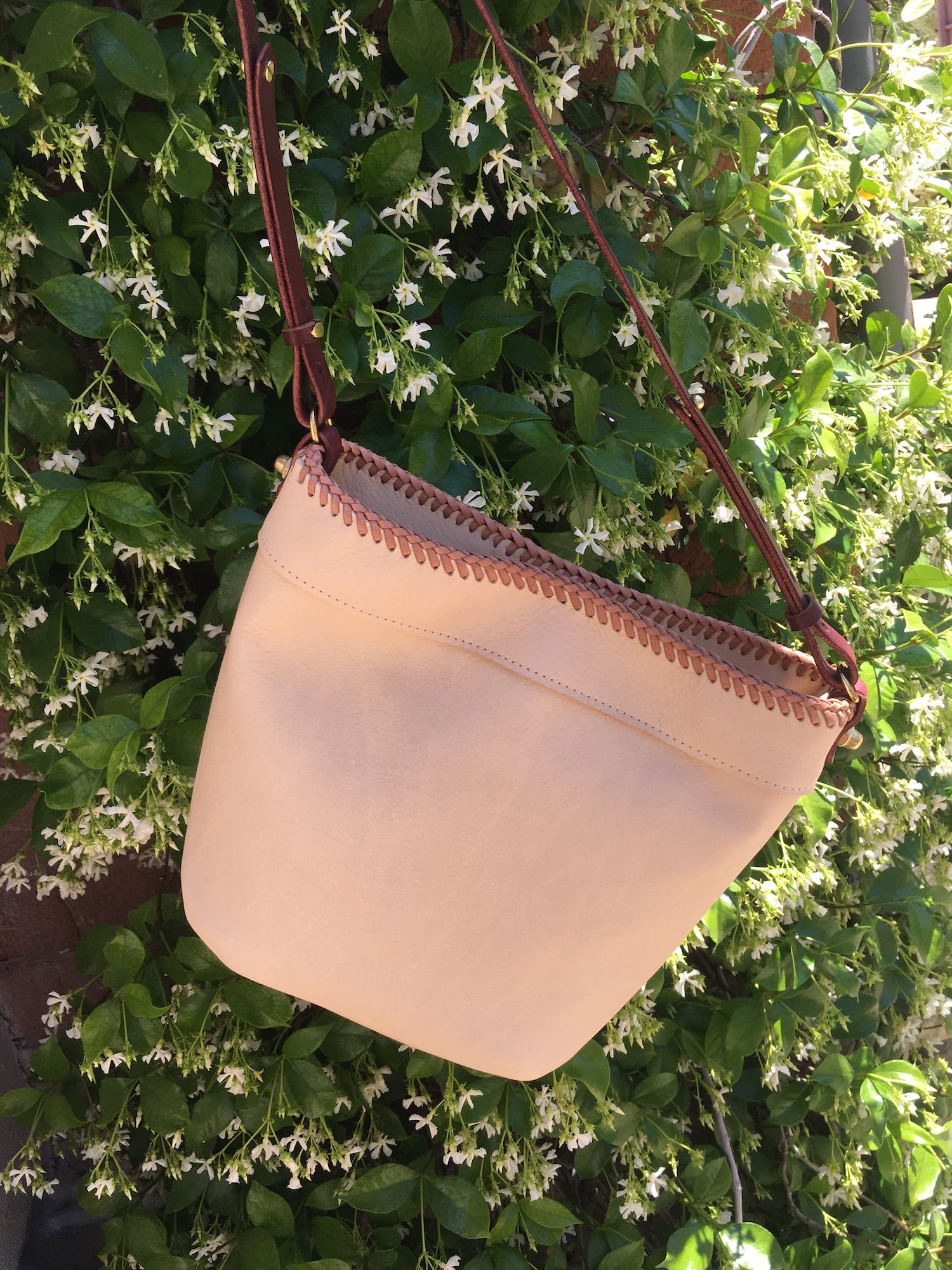 CLASSIC LACED BUCKET BAG // NUDE
